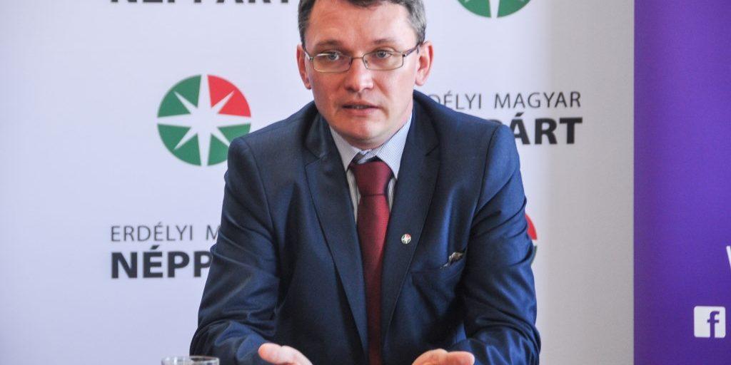 Ötezer lejre bírságolta Csomortányi Istvánt a náci karlendítésért a CNCD